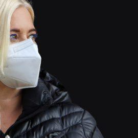 Consequências do não uso de máscaras ou de seu uso inadequado Juíza mantém multa a moradora que transitou sem máscara em condomínio